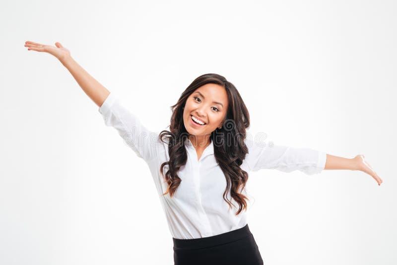 Retrato de um busineswoman asiático feliz com mãos levantadas acima imagem de stock