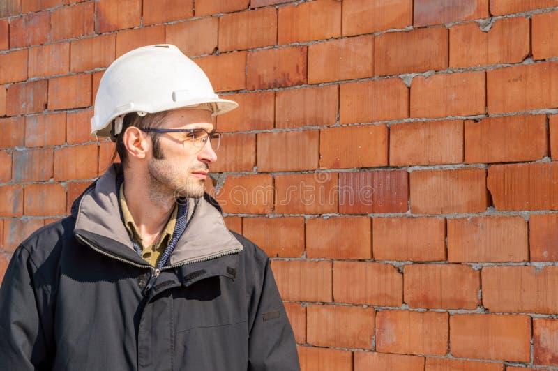 Retrato de um capacete de seguran?a vestindo do coordenador no canteiro de obras imagem de stock royalty free