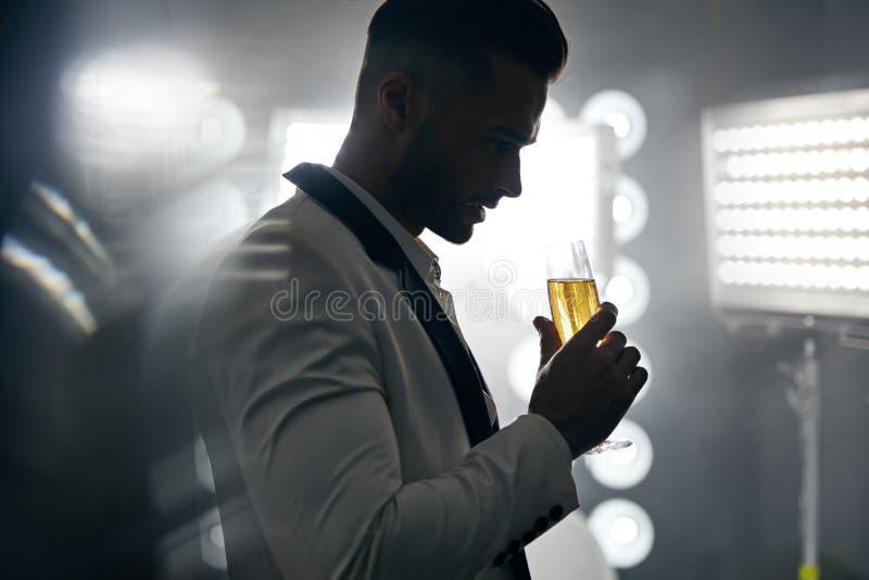 Retrato de um champanhe bebendo do homem considerável, elegante imagens de stock