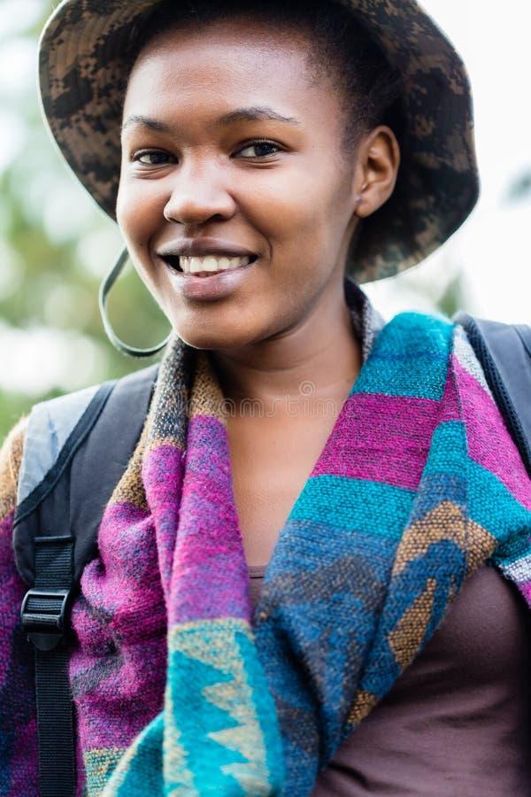 Retrato de um chapéu vestindo da menina africana fotos de stock