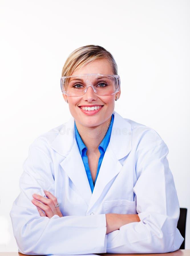 Retrato de um cientista fêmea bonito imagens de stock