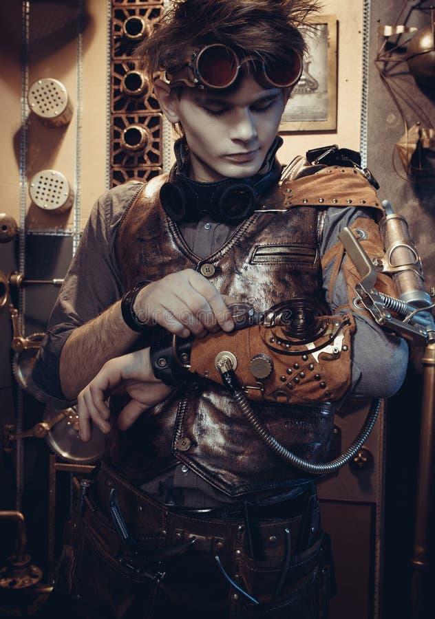 Retrato de um cientista novo no estilo do steampunk imagens de stock royalty free