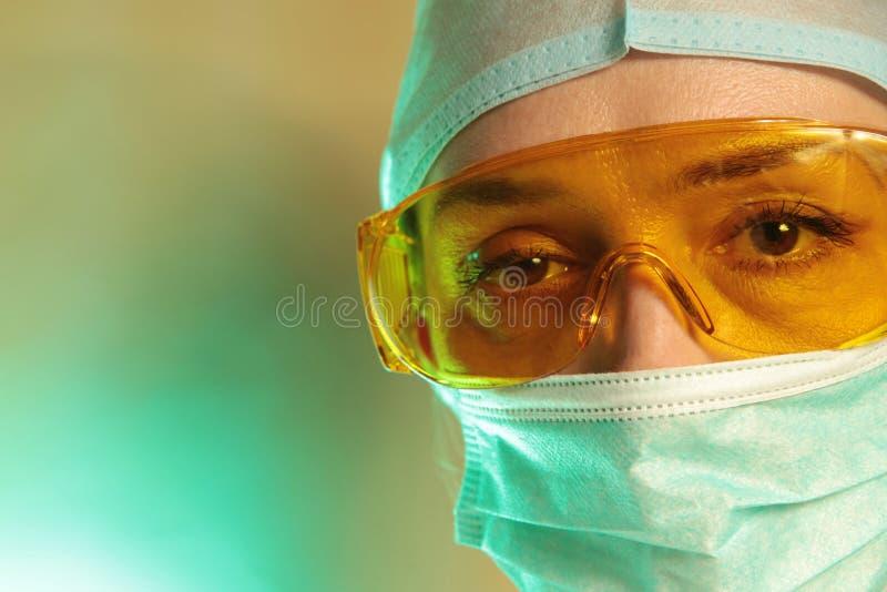 Retrato de um cirurgião fêmea fotografia de stock