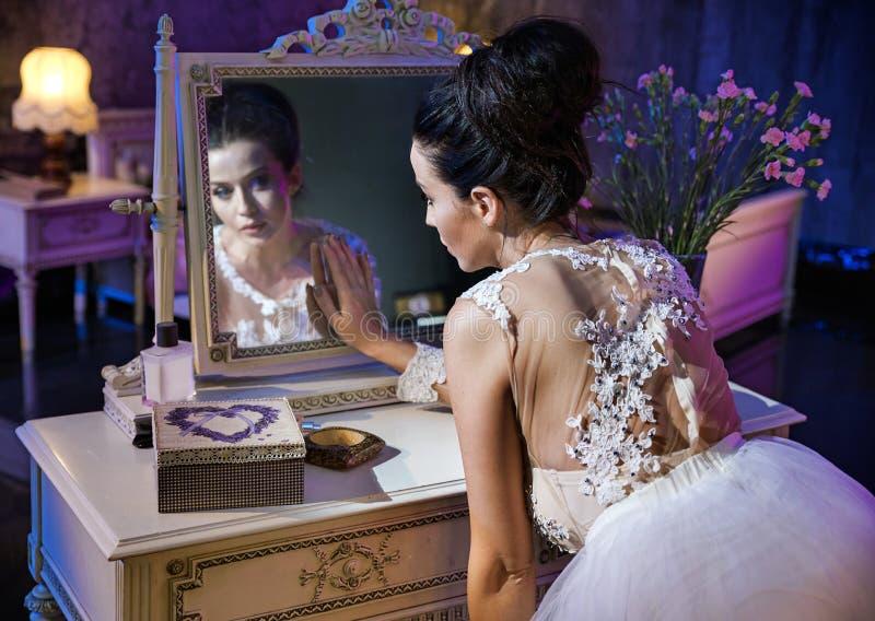 Retrato de um condessa bonito que toca em um espelho antigo fotos de stock royalty free