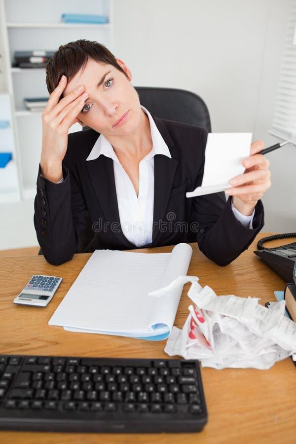 Retrato de um contabilista fêmea que verific recibos fotografia de stock