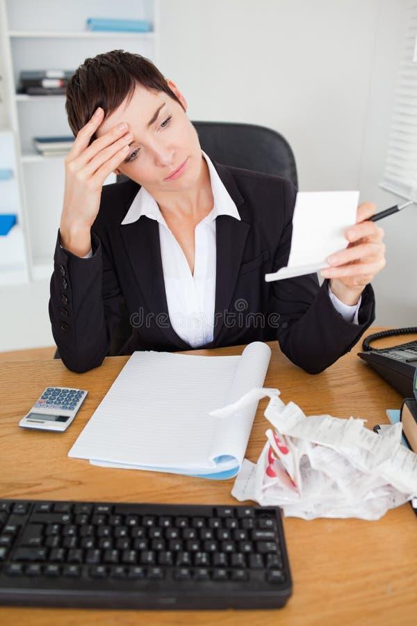Retrato de um contabilista sério que verific recibos imagem de stock