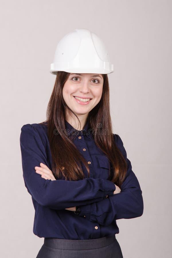 Retrato de um coordenador da menina no capacete fotos de stock royalty free