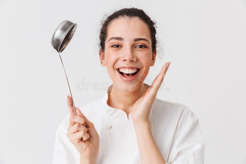 Retrato de um cozinheiro entusiasmado da jovem mulher imagens de stock royalty free