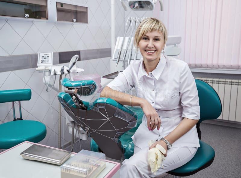 Retrato de um dentista do doutor imagem de stock