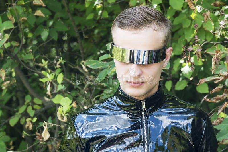Retrato de um detetive nas madeiras foto de stock
