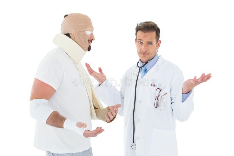 Retrato de um doutor com o paciente amarrado acima na atadura foto de stock