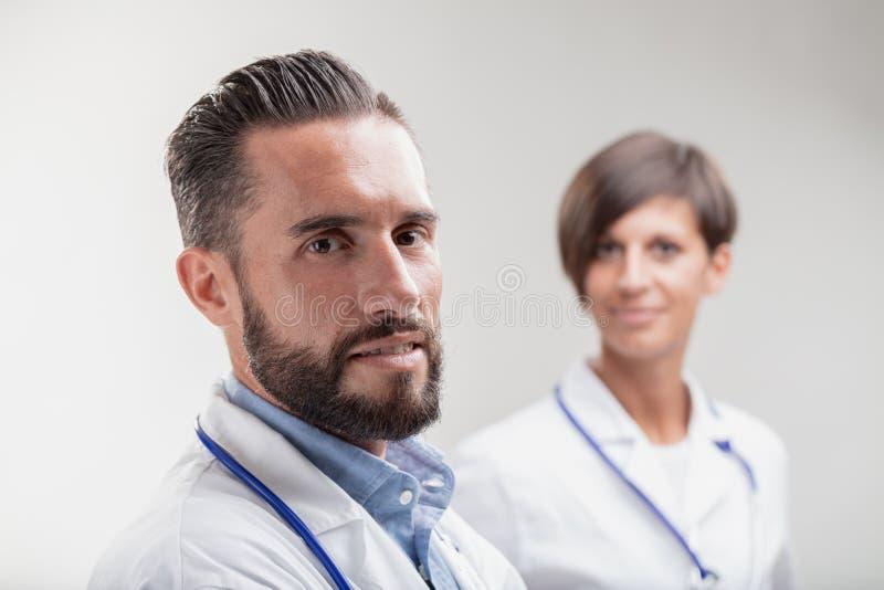 Retrato de um doutor confiante que olha a câmera fotografia de stock royalty free