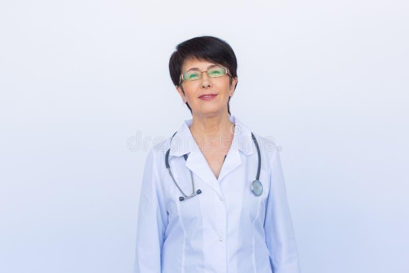 Retrato de um doutor fêmea novo atrativo sobre o fundo branco fotos de stock