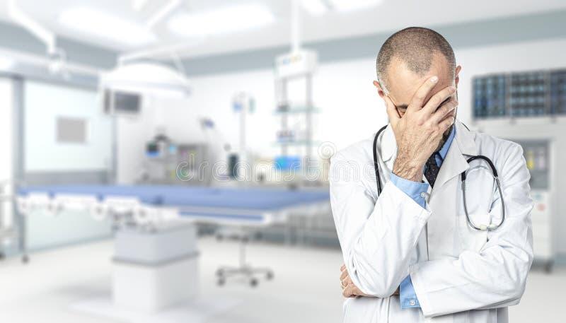 Retrato de um doutor forçado dentro de um hospital foto de stock