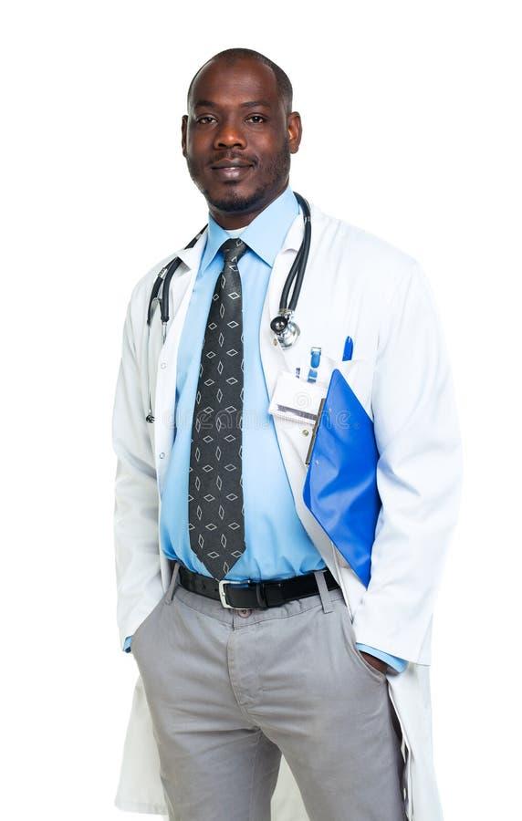 Retrato de um doutor masculino de sorriso que guardara um bloco de notas no branco imagens de stock