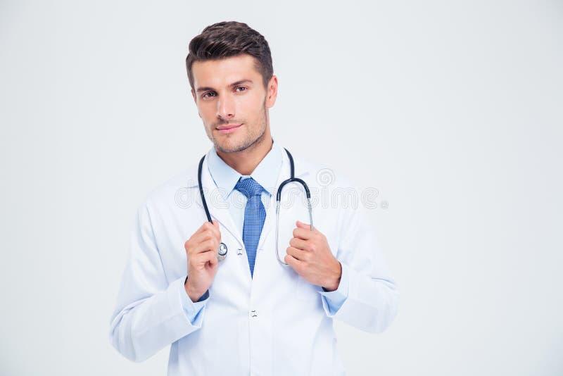 Retrato de um doutor masculino que está com estetoscópio fotos de stock