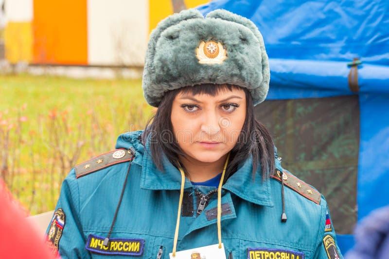 Retrato de um empregado de mulher do representante do ministério das emergências imagens de stock royalty free