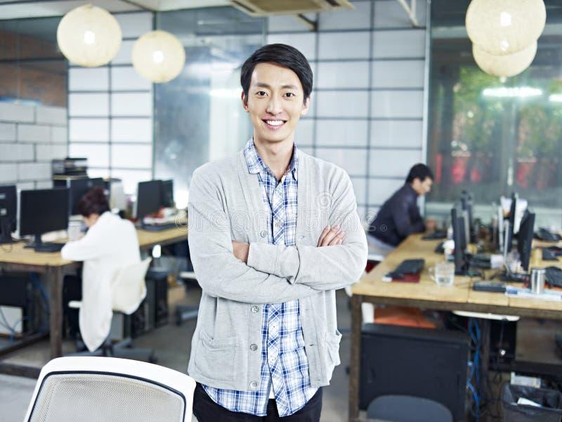Retrato de um empresário asiático novo fotos de stock