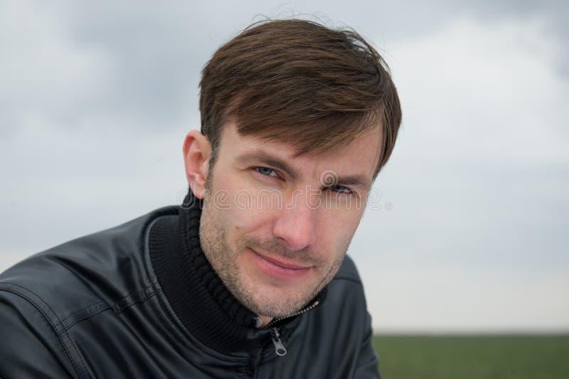 Retrato de um empresário novo fotografia de stock