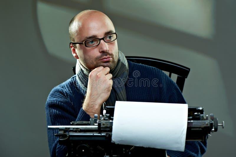 Retrato de um escritor calvo fotos de stock royalty free