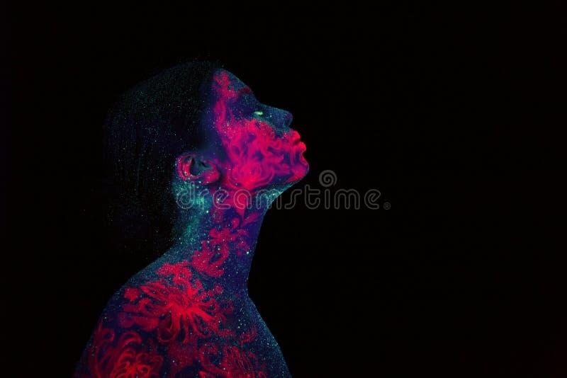 Retrato de um estrangeiro roxo da menina bonita Céu noturno azul da arte corporal ultravioleta com estrelas e o retrato jellyfish ilustração royalty free