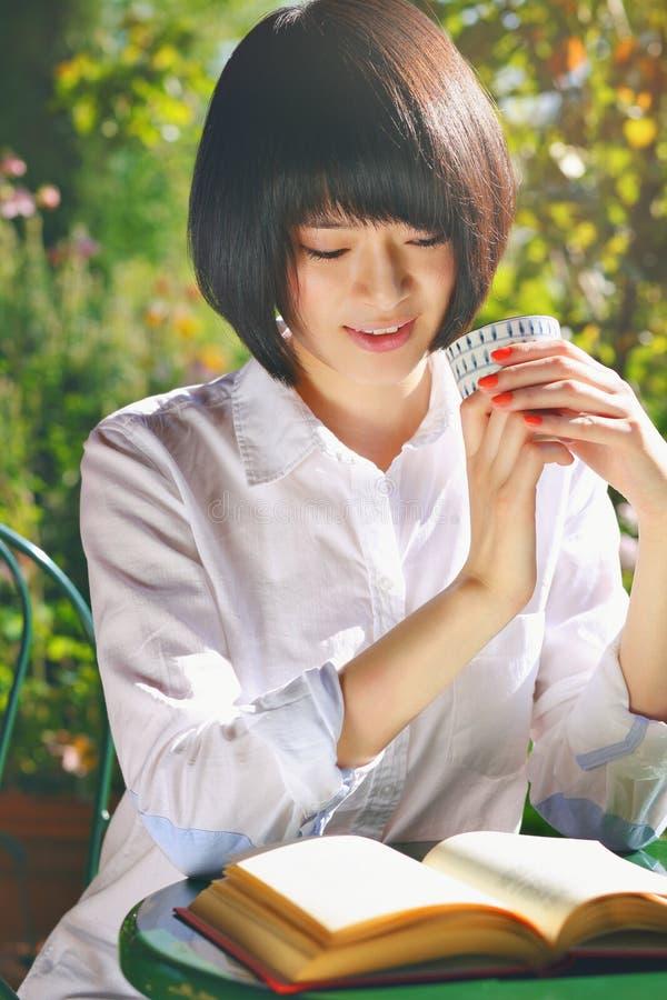 Retrato de um estudante bonito que lê um livro foto de stock royalty free