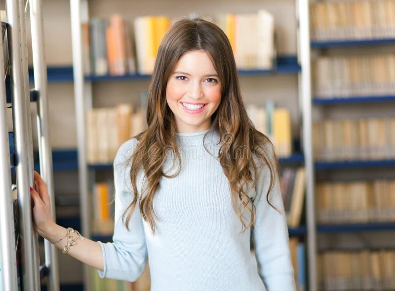 Download Estudante Fêmea Em Uma Biblioteca Imagem de Stock - Imagem de livro, alegria: 29838047