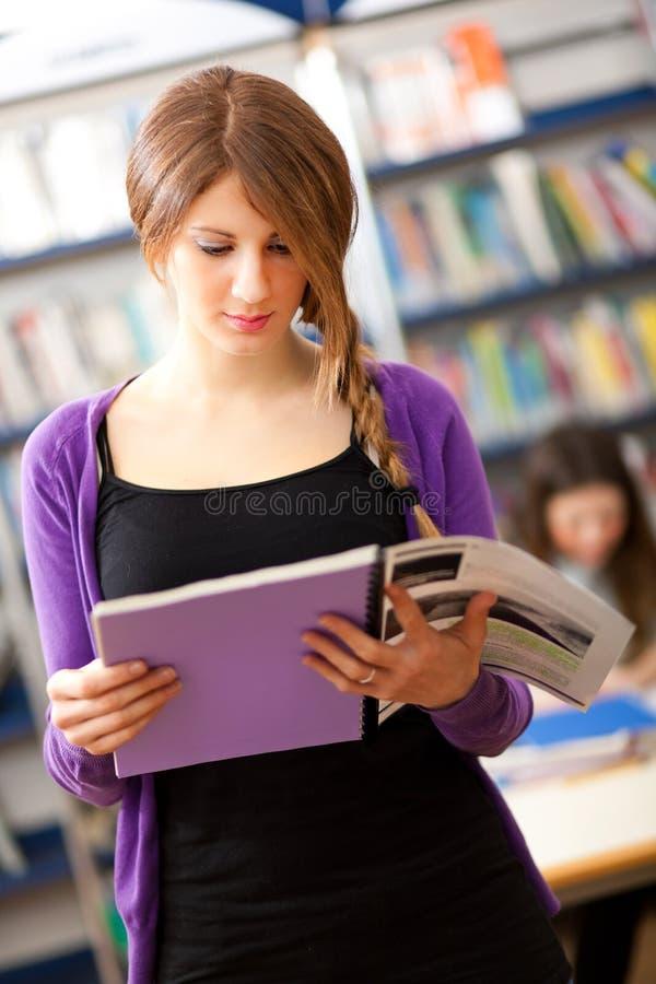 Download Estudante Fêmea Em Uma Biblioteca Foto de Stock - Imagem de estudante, feliz: 29838058