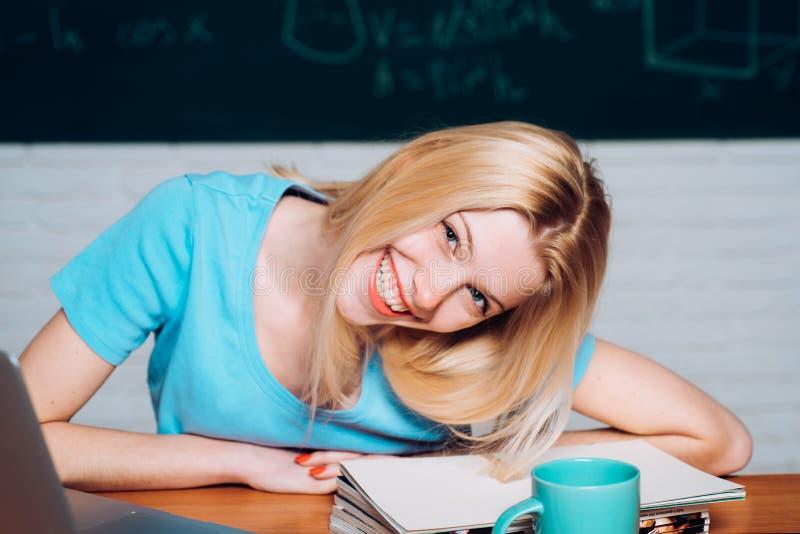 Retrato de um estudante de mulher bonito Estudo do adolescente em linha Retrato na estudante universitário no terreno Estudo do e imagens de stock royalty free