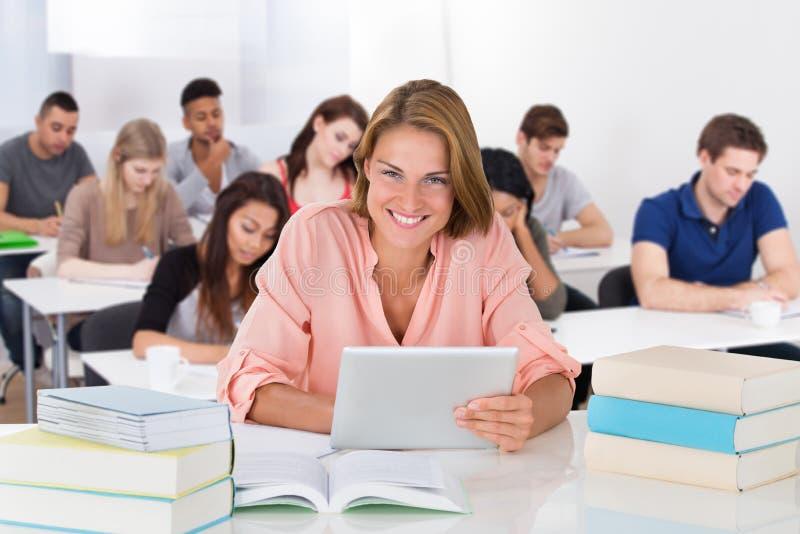 Retrato de um estudante novo foto de stock