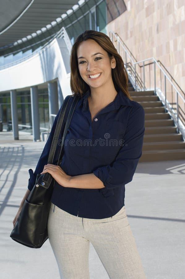 Retrato de um executivo fêmea alegre foto de stock