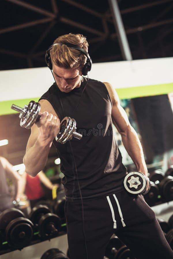 Retrato de um exercício muscular novo do homem fotografia de stock royalty free