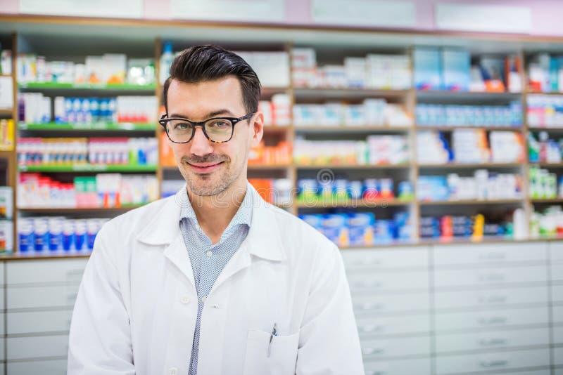 Retrato de um farmacêutico masculino amigável novo fotos de stock