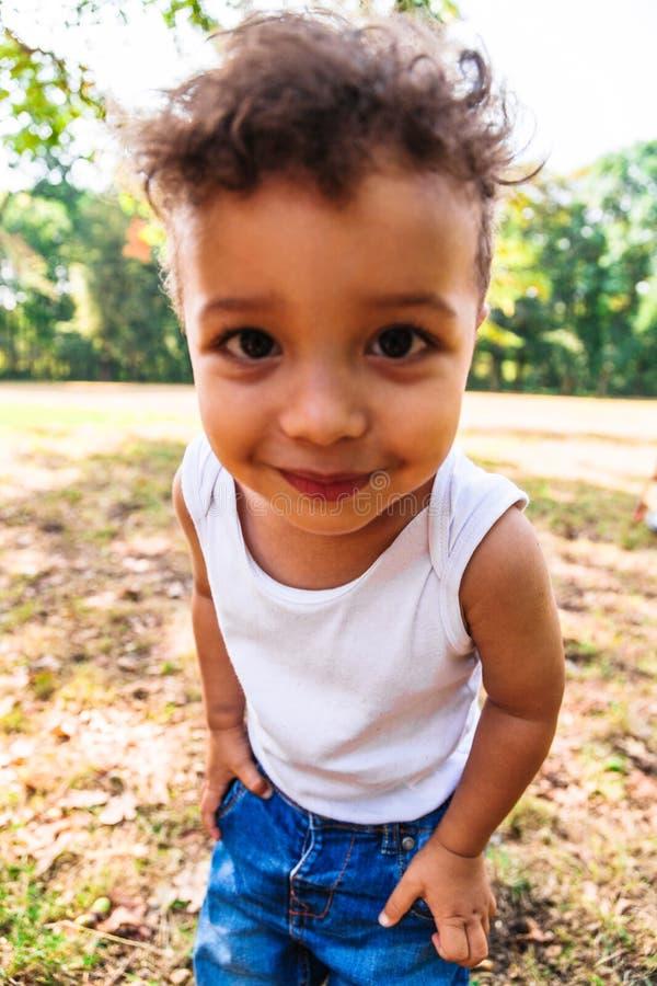 Retrato de um fim afro-americano ou latino-americano pequeno bonito do menino acima imagens de stock royalty free