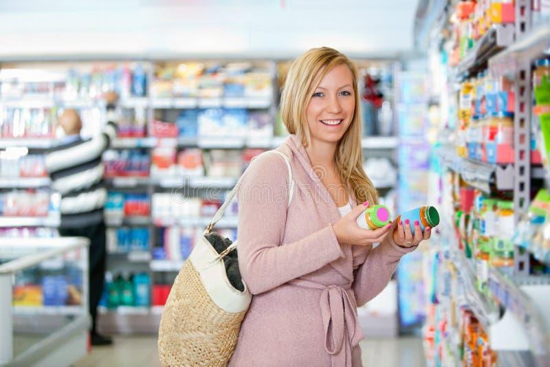 Retrato de um frasco feliz da terra arrendada da mulher nova fotos de stock royalty free