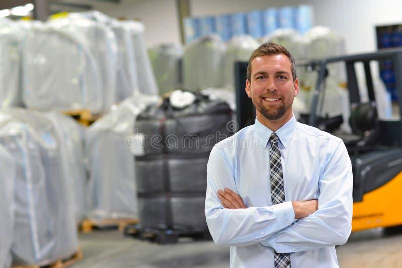 Retrato de um gerente em uma empresa da logística - no fundo imagens de stock