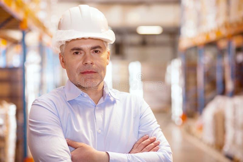 Retrato de um gerente sério do armazém fotografia de stock royalty free