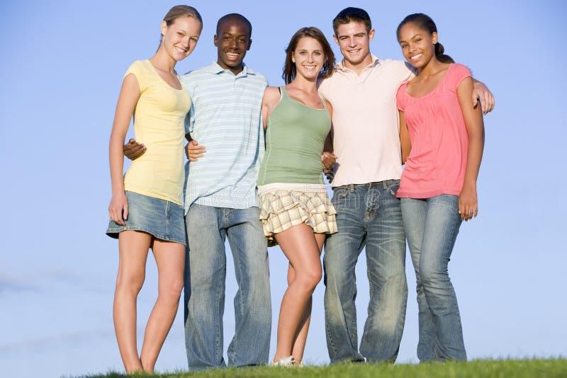 Retrato de um grupo de adolescentes ao ar livre fotos de stock royalty free