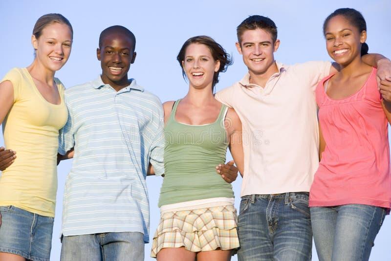 Retrato de um grupo de adolescentes ao ar livre fotografia de stock