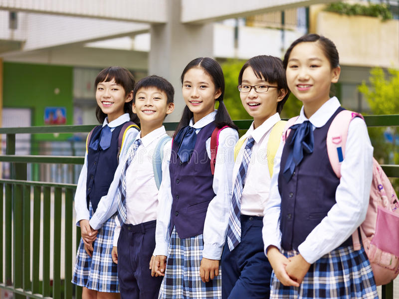 Retrato de um grupo de alunos elementares asiáticos foto de stock royalty free