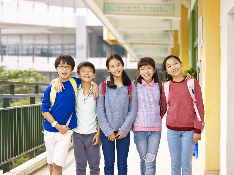 Retrato de um grupo de alunos elementares asiáticos fotos de stock royalty free