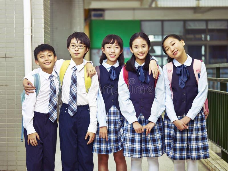 Retrato de um grupo de alunos elementares asiáticos imagens de stock