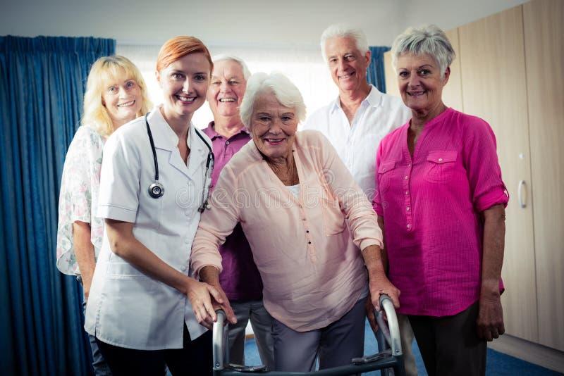 Retrato de um grupo de pensionista com enfermeira fotos de stock