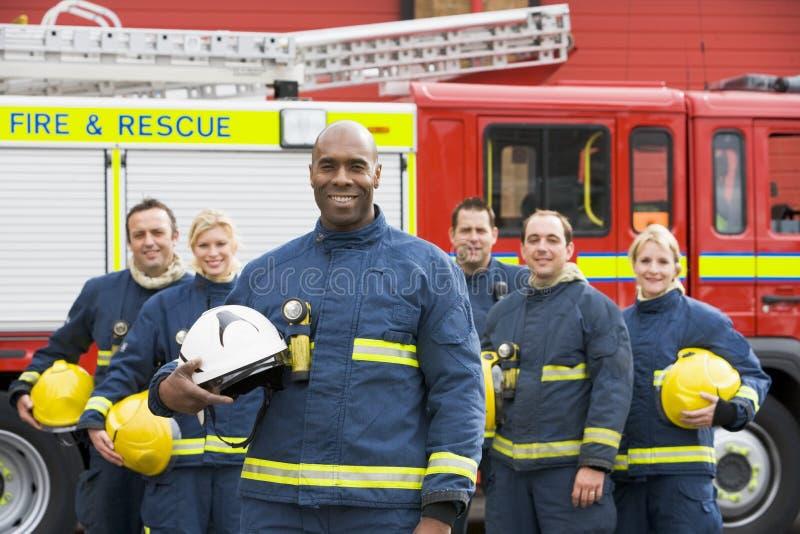 Retrato de um grupo de sapadores-bombeiros imagens de stock royalty free