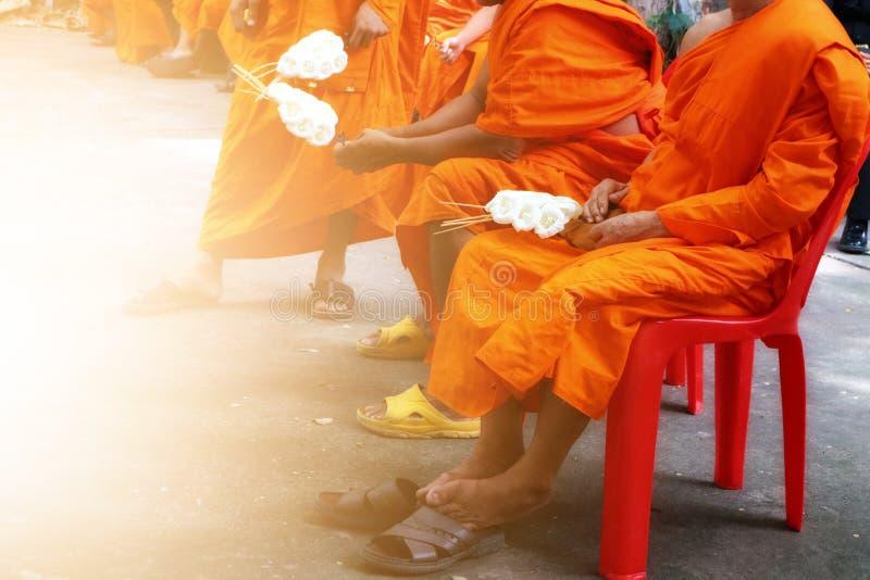 Retrato de um grupo de monges e de cerimônias fúnebres em templos tailandeses imagens de stock
