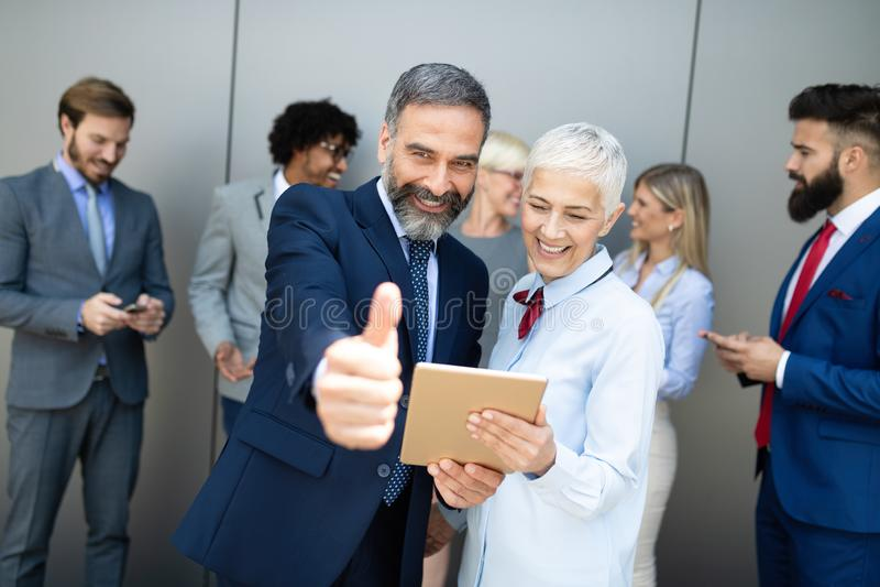 Retrato de um grupo de sorriso de colegas incorporados diversos imagem de stock royalty free