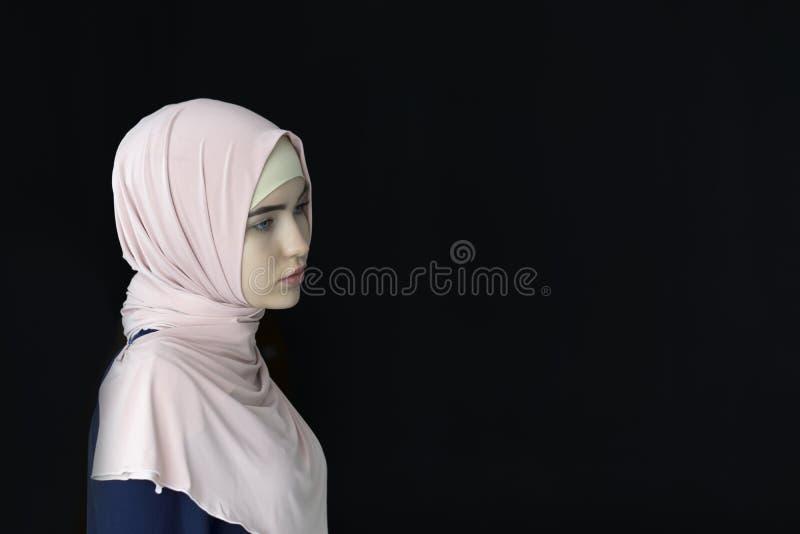 Retrato de um hijab vestindo da mulher muçulmana bonita, isolado imagens de stock royalty free