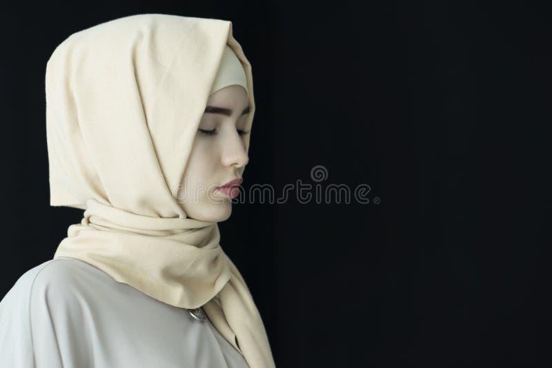 Retrato de um hijab vestindo da mulher muçulmana bonita, isolado imagens de stock