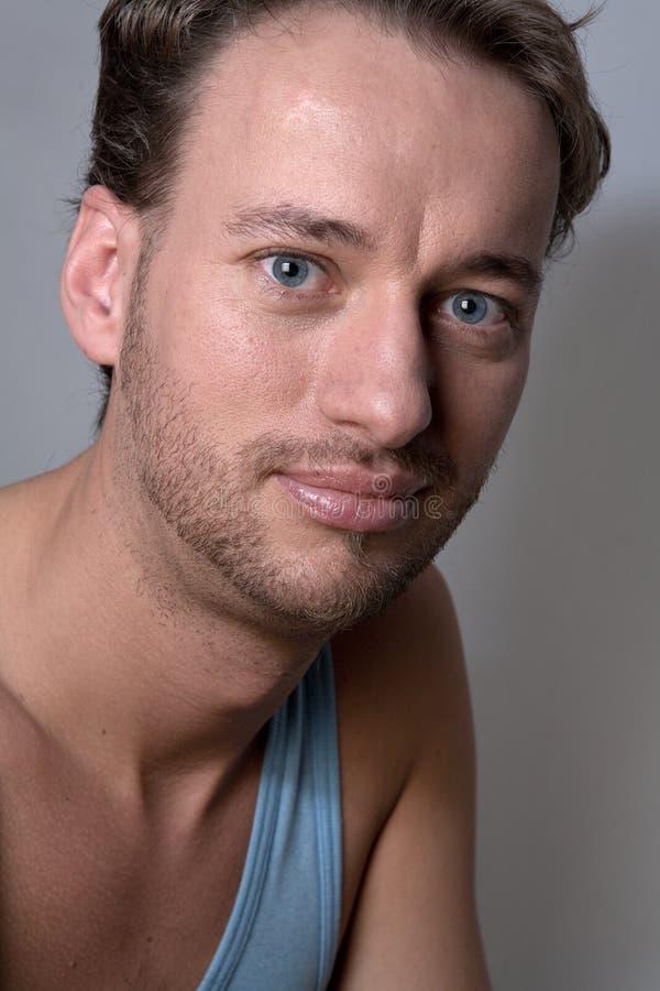 Retrato de um homem adulto encantador imagem de stock