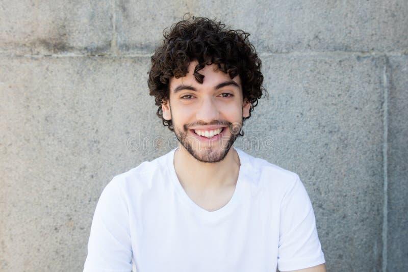 Retrato de um homem adulto novo caucasiano considerável com barba imagens de stock